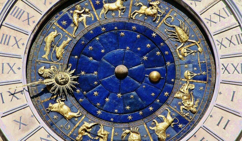 Curiosidades históricas de la Torre dell Orologio con su con su reloj astronómico de esmalte azul y dorado, rincón destacado en la plaza de San Marcos de Venecia